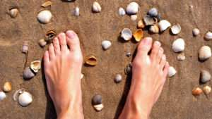 nackte Füße, Sand, Muscheln