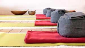 Yogammaten, Kissen, Klangschalen